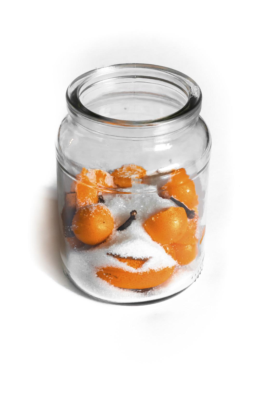 Do vhodné uzavíratelné nádoby vložte nařezaný kumquat, cukr, skořici a hřebíček
