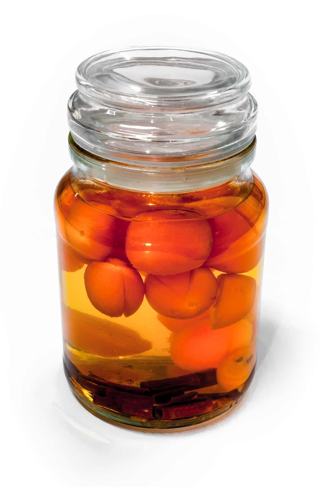 Po měsíci louhování získá kumquatový likér zlatou barvu