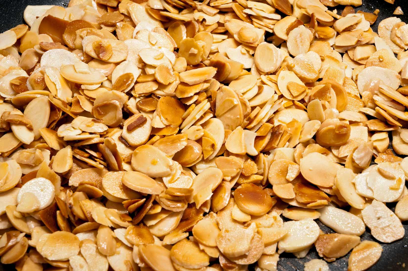 Lupínky mandlí opražte na trošce olivového oleje. 2-3 minuty