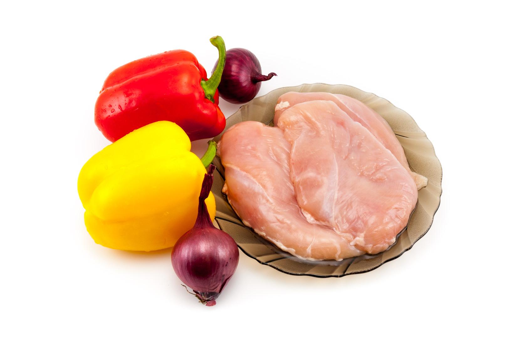 Kuřecí prsa, kapie a cibule. Základ Kuřecího souvlaki