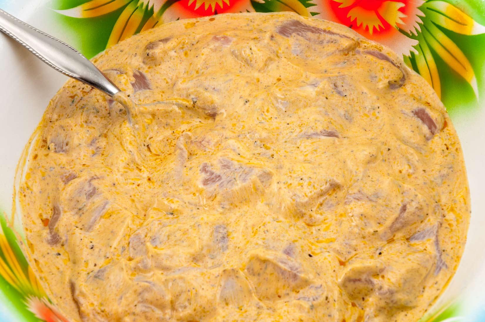 Do jogurtové marinády vložíme porce kuřecích prsíček