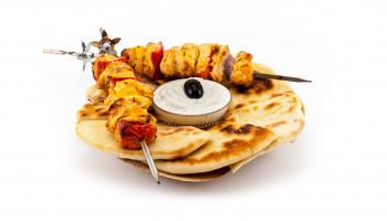 Kuřecí souvlaki, jogurtový dip a domácí Pita chléb - božská mana