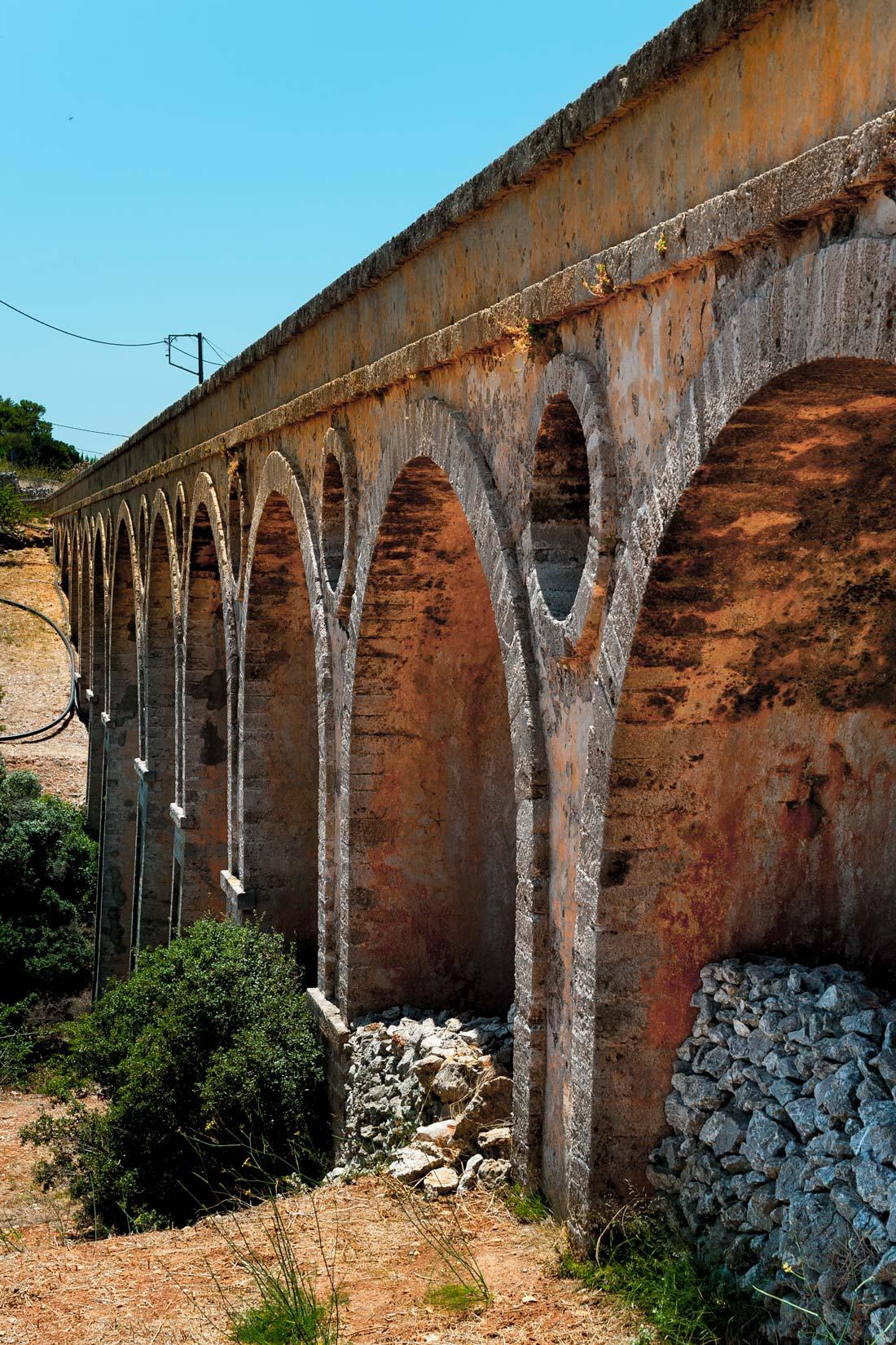 Katouni bridge je největší architektonický skvost z období britské správy ostrova. 110 m délky, 15 m výšky, 6 m šířky, 13 oblouků.