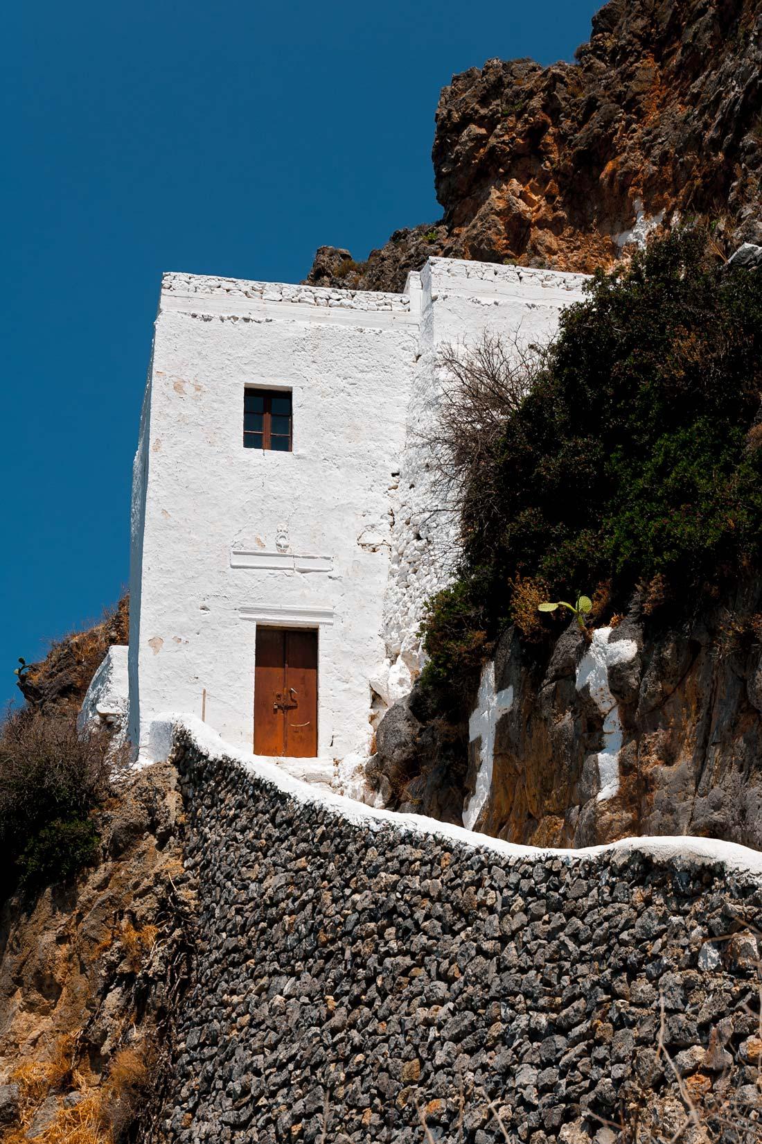 Agios Ioannis on the cliff. Ano, přímo na útesu. Na skalním. A jako orel skalní spatříte nádherná panoramata z výšky.