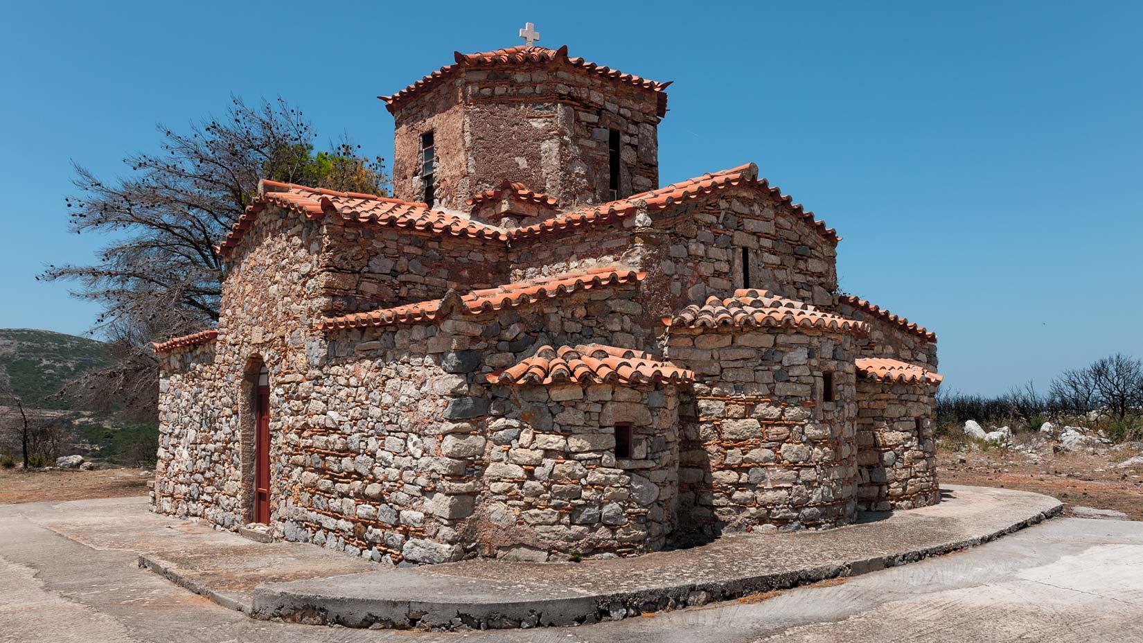 Άγιος Πέτρος - snad nejznámější kostel ostrova Kythera. Po zničujícím požáru celé oblasti zůstal stát netknutý uprostřed spáleniště. Nekecám. Dodnes kolem stojí ohořelé kmeny borovic. I se šiškama.