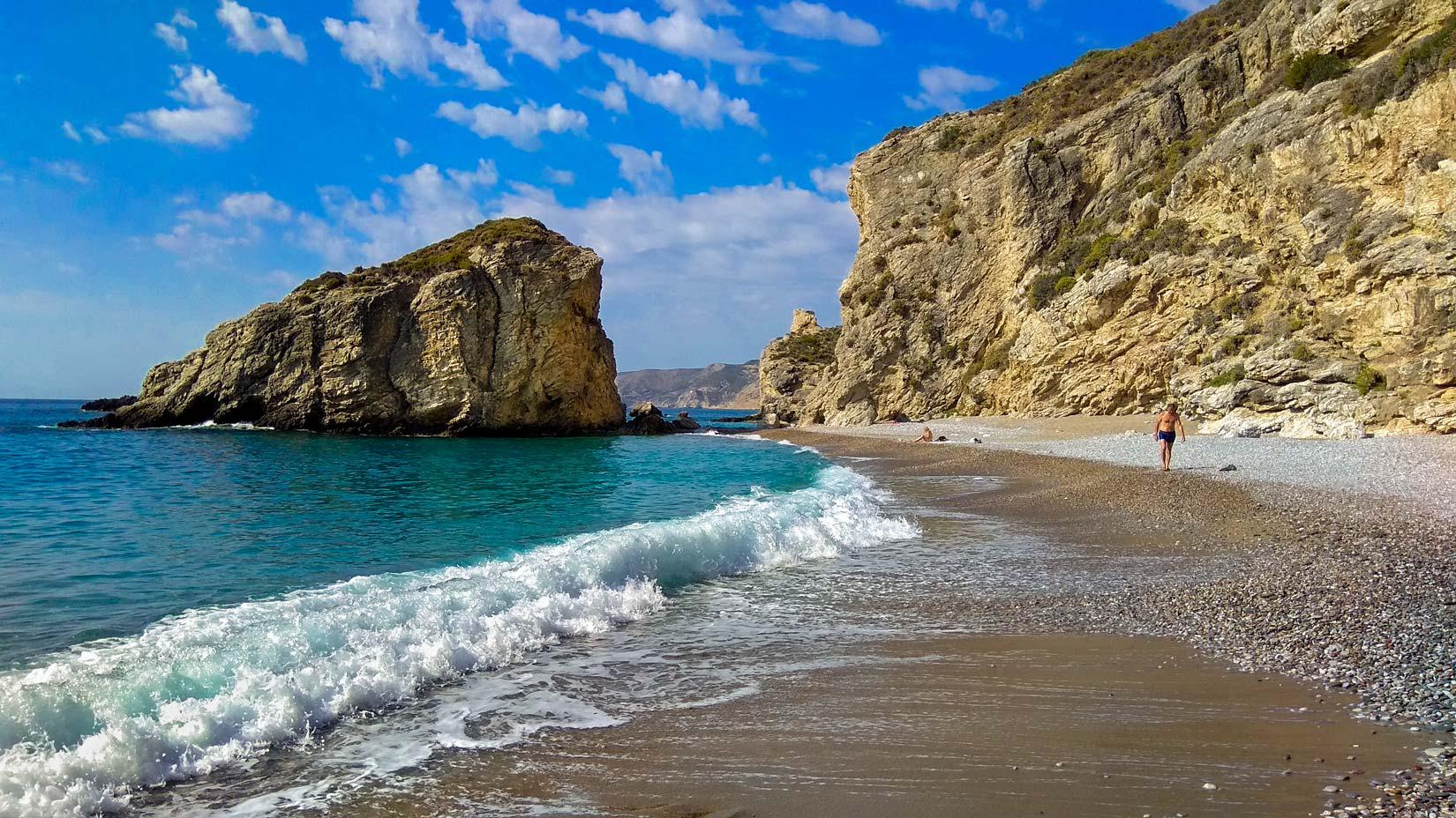 Hlavní pláž Kaladi se vás bude jemně dotýkat svými napěněnými prstíky a hýčkat jemným pískem