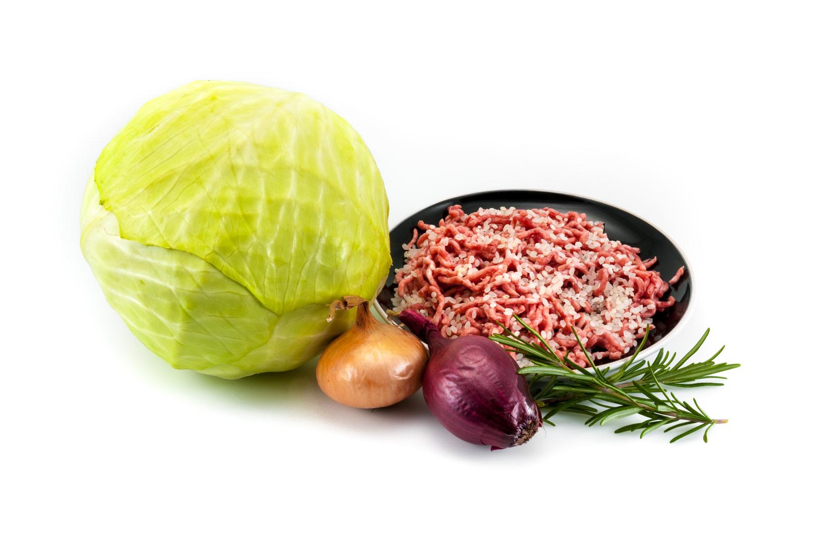 Hlávka zelí a mleté maso základ pro Lachanodolmades