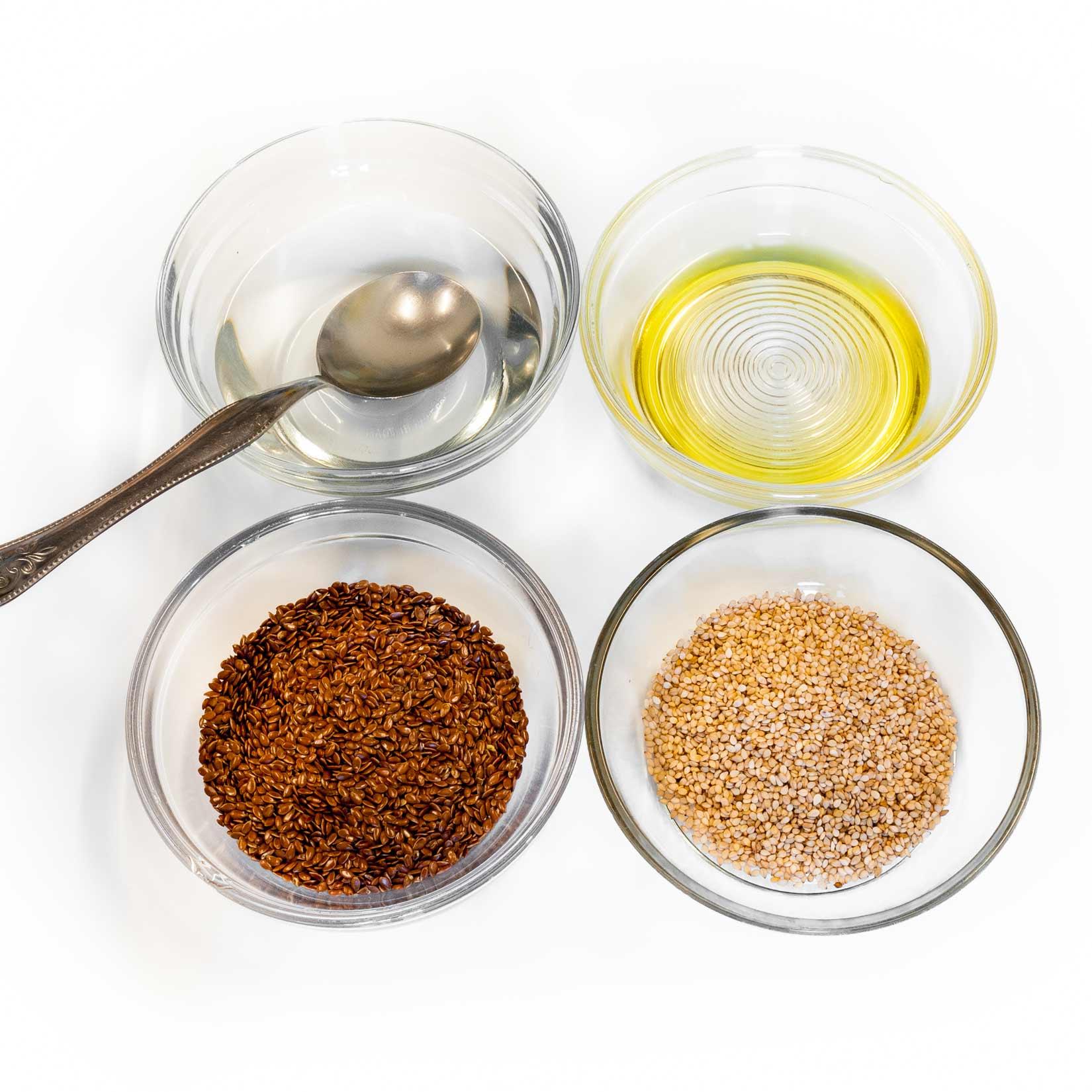 Nachystáme si cukrovou vodu, olej, sezamová a lněná semínka