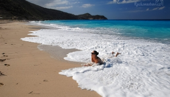 ... moře řádí tak, že ležíme jen na dosah vln