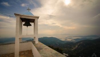 "kostelíček Agios Ioannis na Profitis Illias, pro ""kačery"" je tu cache ;-)"