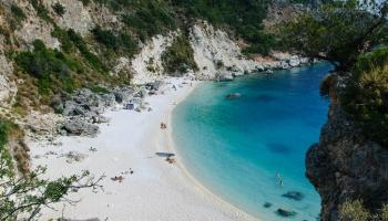 malá jižní plážička Agiofili u Vassiliki, odkud vás hodí vodní taxi tam i zpět
