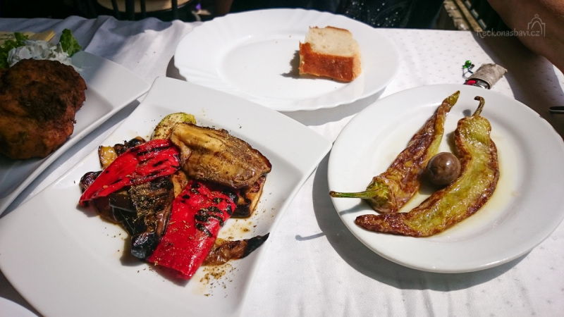koupání v termálech jsme si okořenili výborným obědem. Dáváme si několik předkrmů jako je pálivá paprika s olivovým olejem a octem a grilovaná zelenina ...
