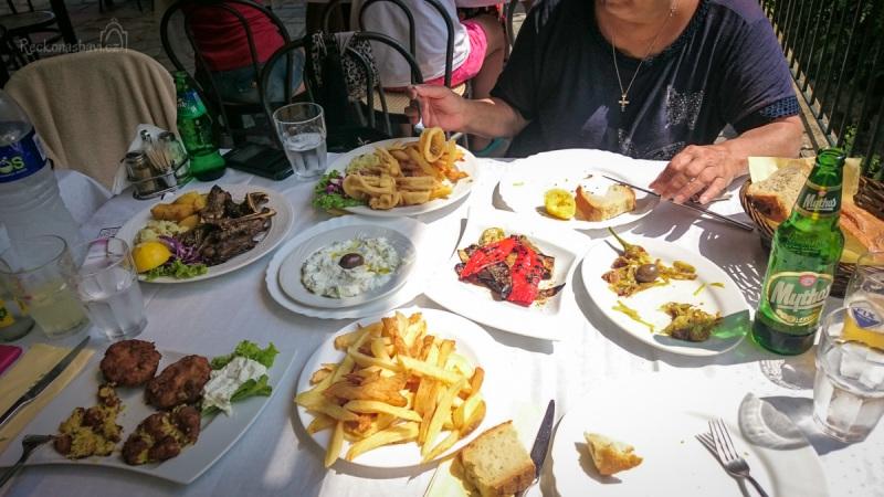 ... s výběrem nám pomáhá Eli a učí nás jíst na řecký způsob, kdy si každej ochutnává a zobe z plného stolu ;)