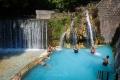 Hned vedle studeného potoka najdete dva kamenné bazénky s termální vodou