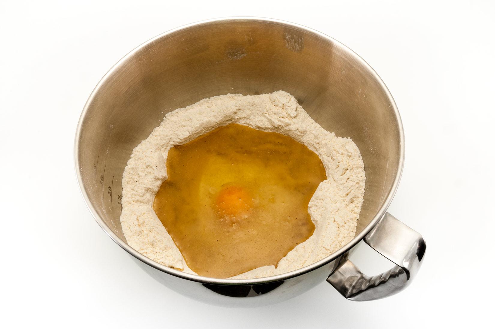 Do promíchané směsi sypkých surovin přidejte tuk a vejce