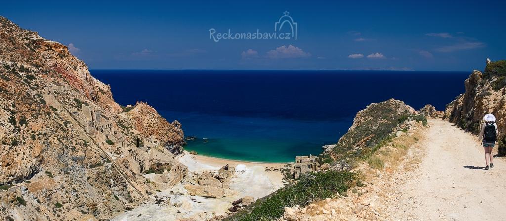 """Jsme nedočkaví! Díky tomuto dolu jsme si vybrali ostrov Milos. Šlapeme z """"parkoviště"""" od cedule se zákazem vjezdu vstříc zážitkům..."""