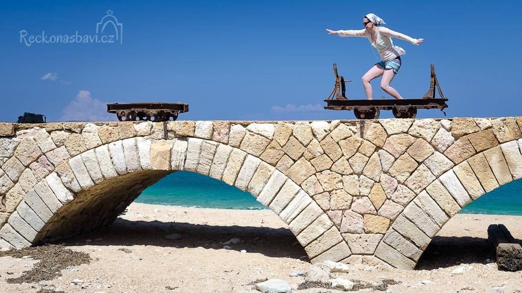 odkládáme batohy do stínu pod kamenný most a ta moje se hned hrne na vozík a dělá si z něj skateboard :)