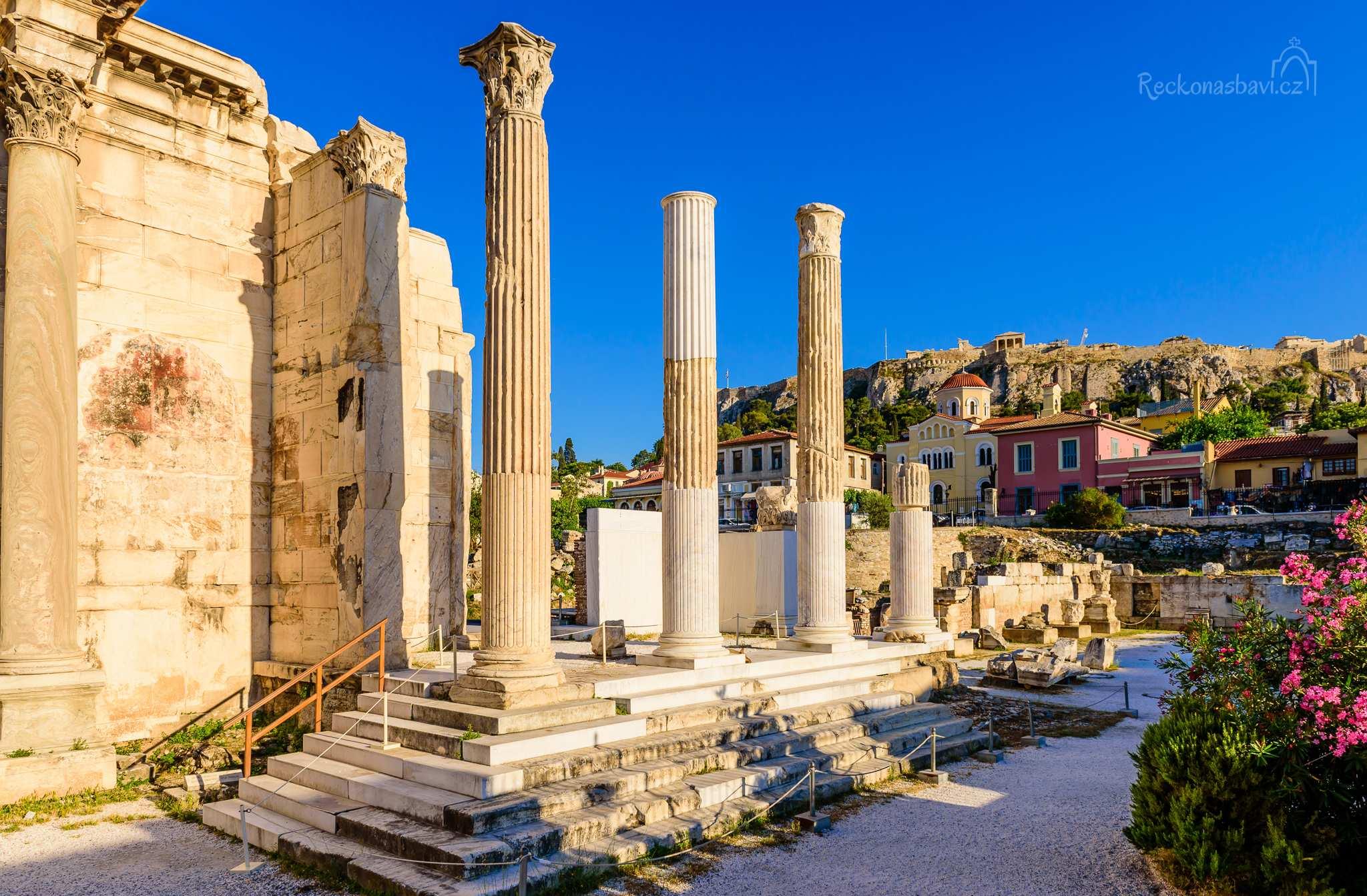 Hadriánova knihovna s pohledem na Akropoli