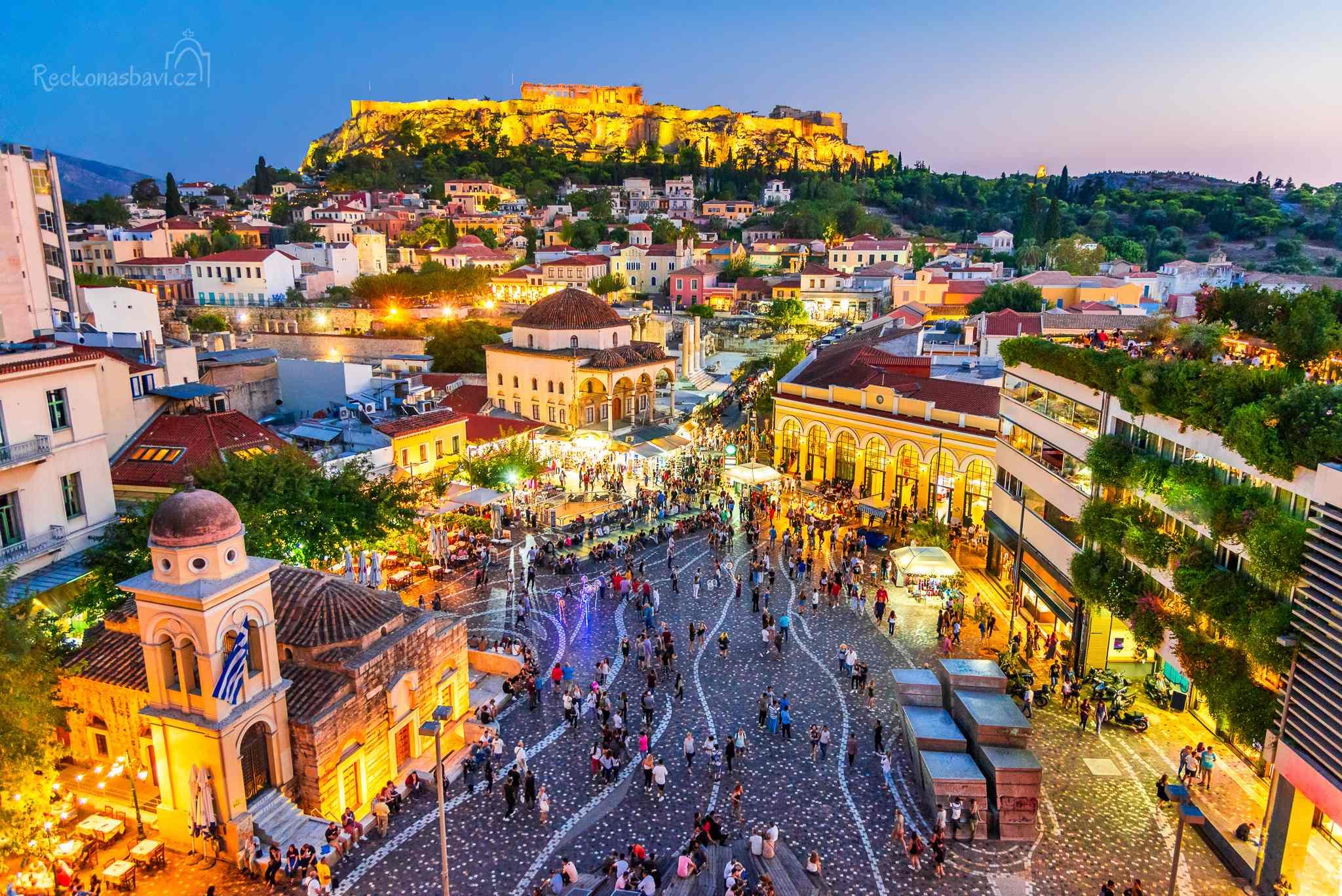 Jestli řecké Athény mají srdce, pak tluče na náměstí Monastiraki (Μοναστηράκι).