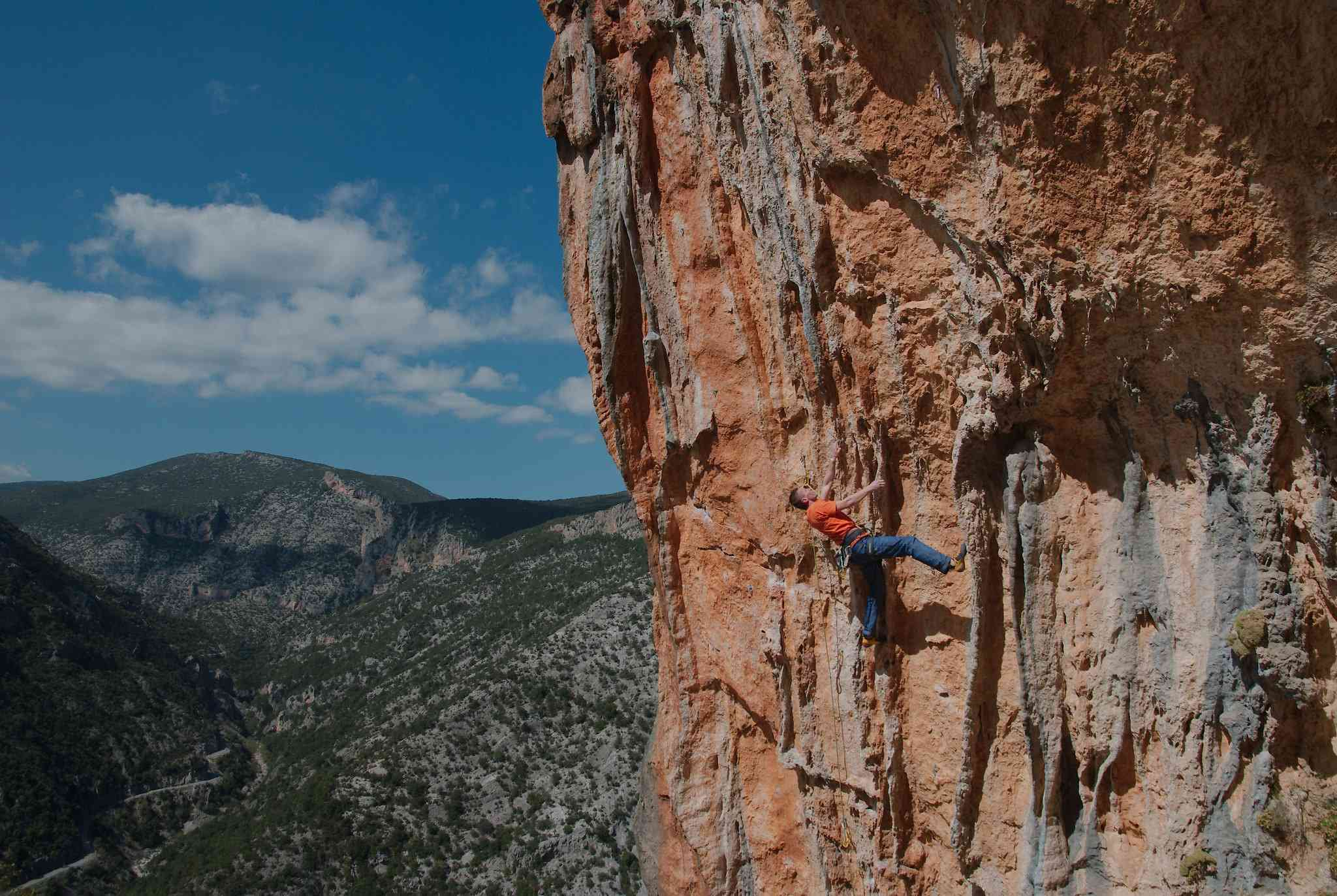 Twin Caves (dvě jeskyně) je jedno z nejlepších sportovních lezeckých skal v Řecku! Svislé cesty a převislé převisy přes typické tufy jsou opravdovou výzvou pro každého horolezce!