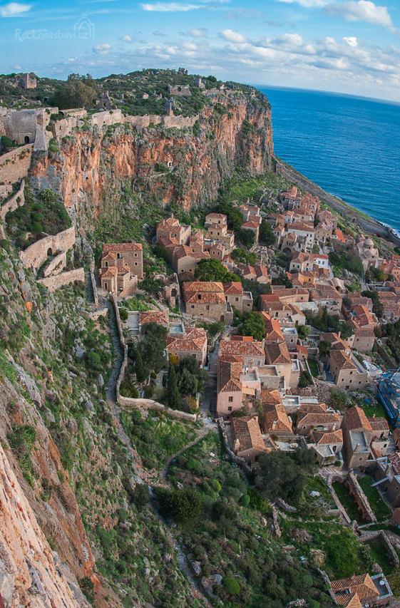 Po kamenných schodech můžete vyjít na náhorní plošinu nad městem a obdivovat pozůstatky byzantské pevnosti a kochat se neuvěřitelnými výhledy