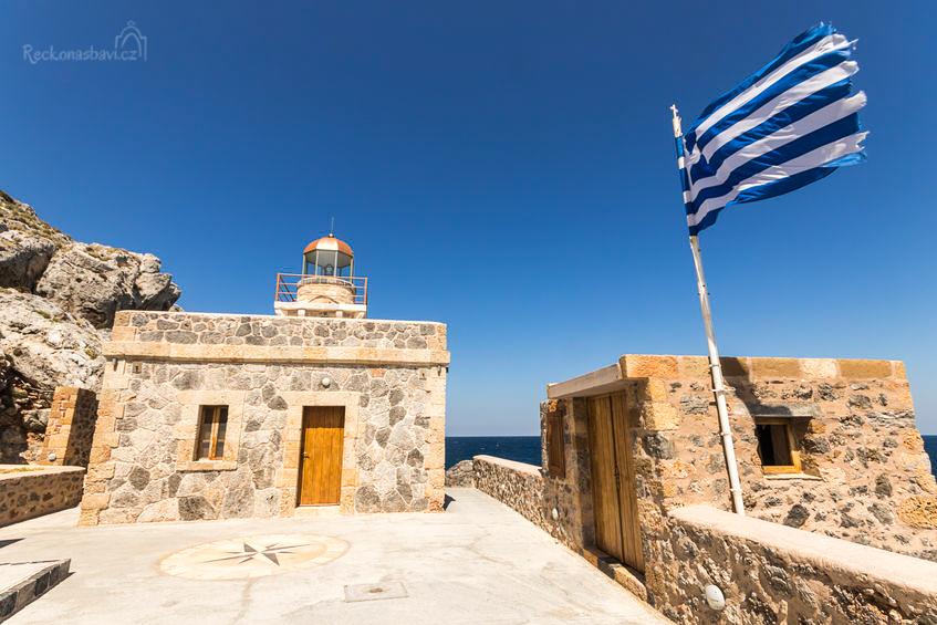 Pokud projdete historickým centrem a dostanete se až k východu z hradeb, nezastavujte a pokračujte chvíli po kamenité cestě. Dojdete až na východní cíp ostrova k jednomu z nejstarších řeckých majáků.