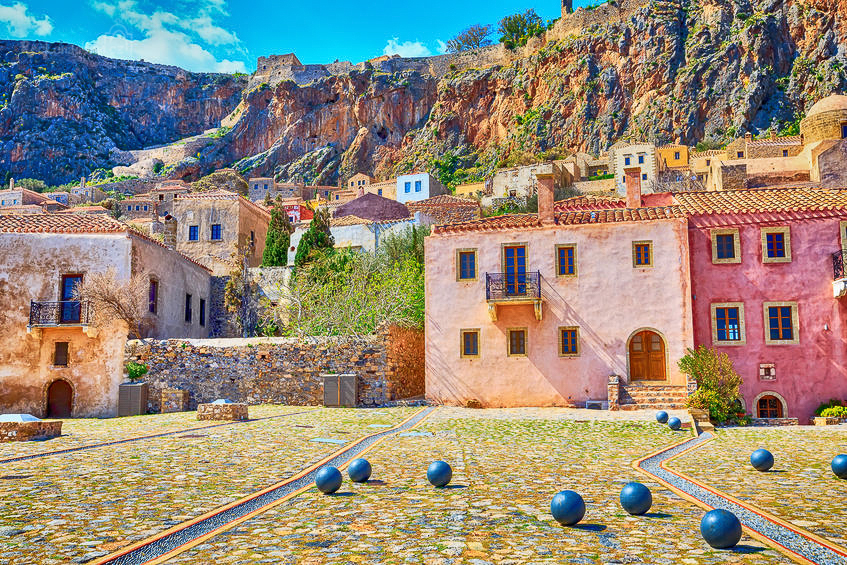 Klikaté kamenité uličky, byzantské kostelíky a domky se štukovými střechami - to je romantická Monemvasia!