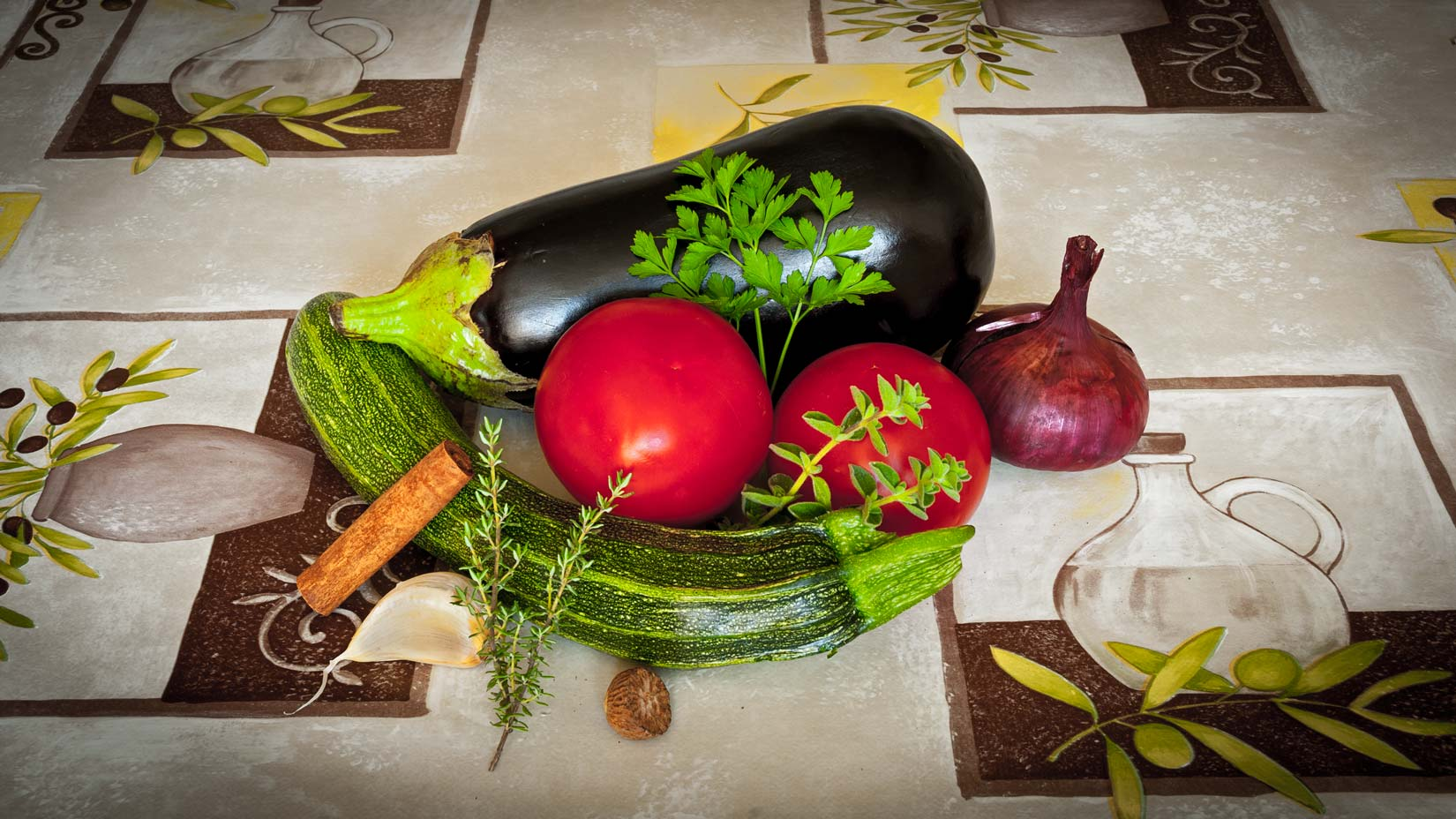 Lilek, rajčata, cuketa a bylinky s kořením - základní stavební kameny chrámu Musaka