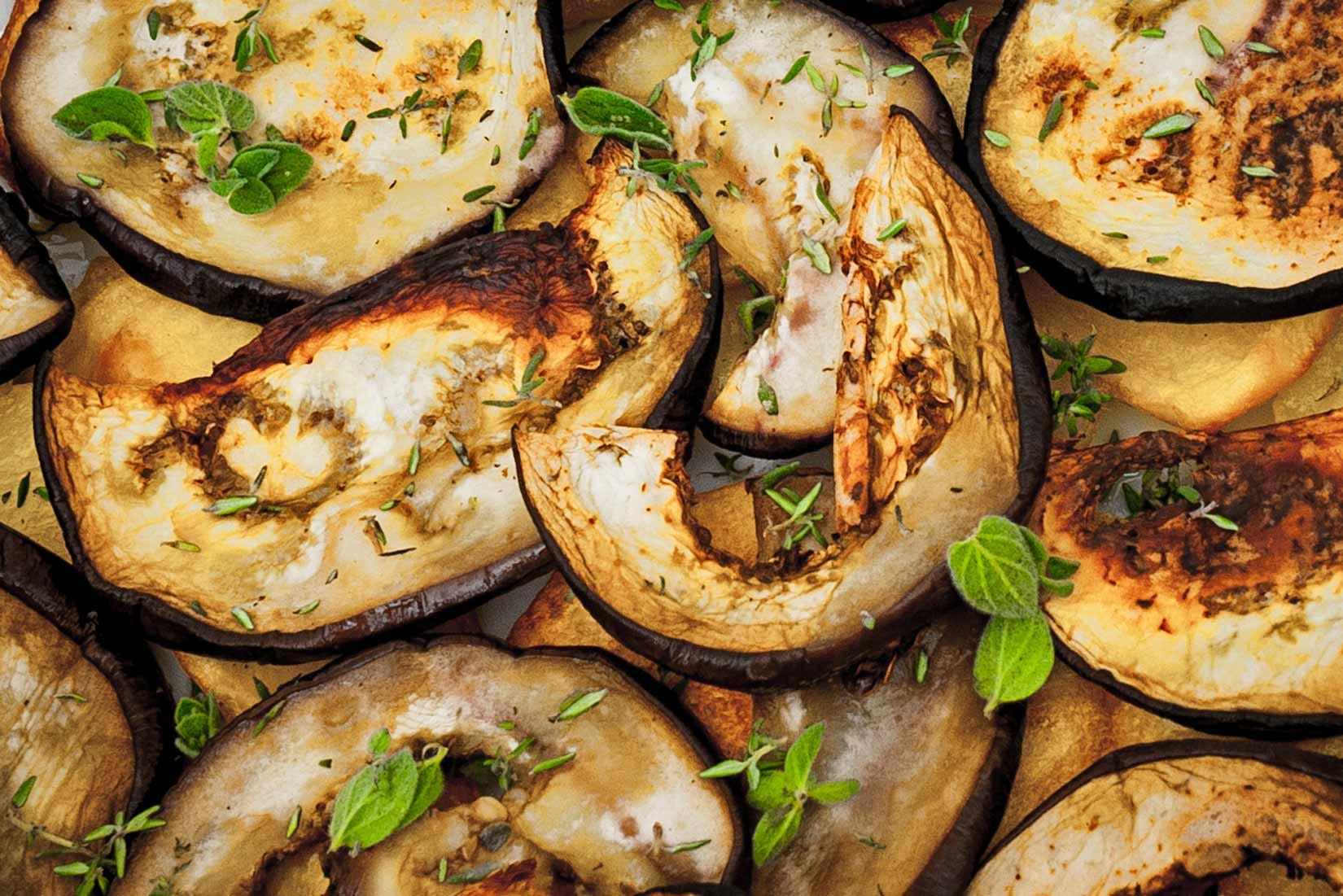 Čerstvé bylinky - oregano a tymián - dodají musace chuť Řecka