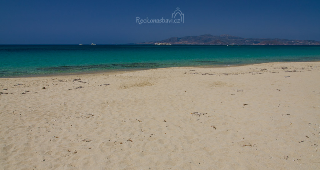 zlaté písky na pláži Plaka s přímým výhledem na ostrov Paros