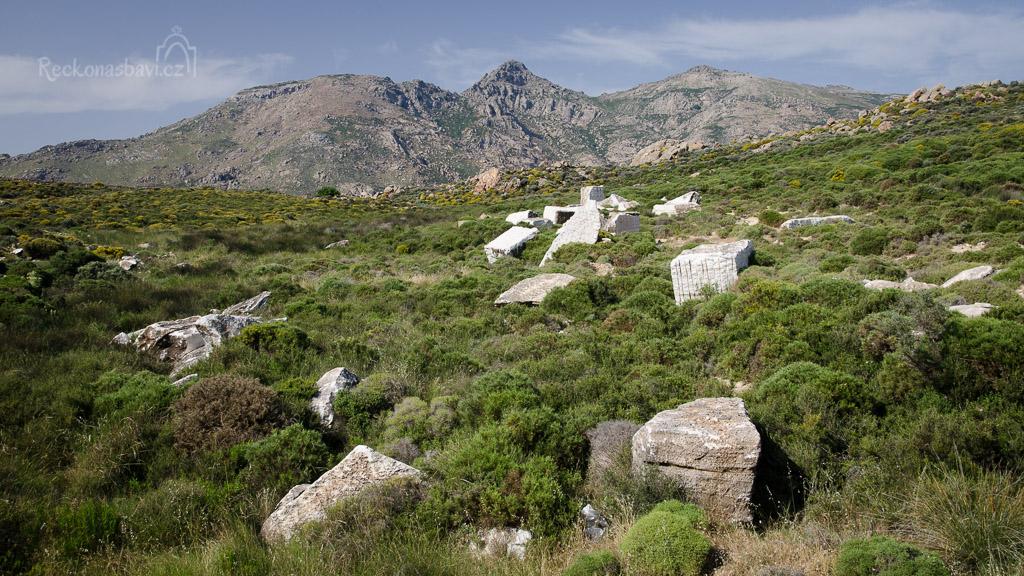 za vesnicí Kinidaros koukáme do krajiny...všude se povalují krásné šutry a sem tam i kus mramoru