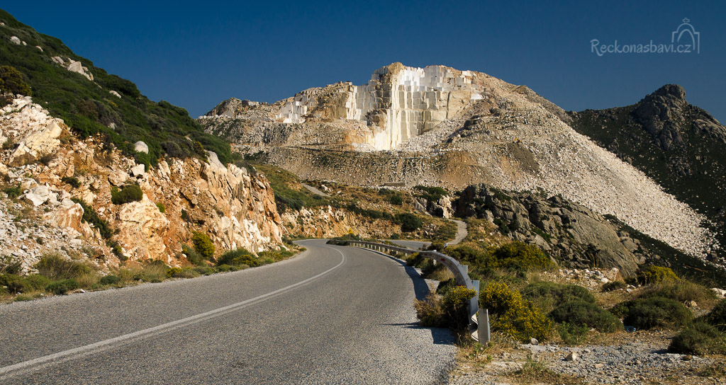 mramorová hora Bolimbas za vesnicí Kinidaros vás při cestě do Chory určitě donutí k zastavení