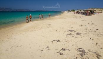 asi tříkilometrová pláž Plaka patří k nejlepším místům ke koupání!