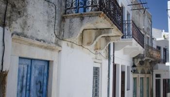 pohádkové uličky s mramorovým podkladem zdobí celý Apiranthos