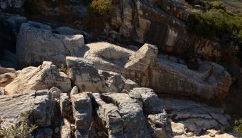 11 metrů dlouhý kúros na věky věků odpočívá v antickém lomu u vesnice Apollonas (foto: Radek66)