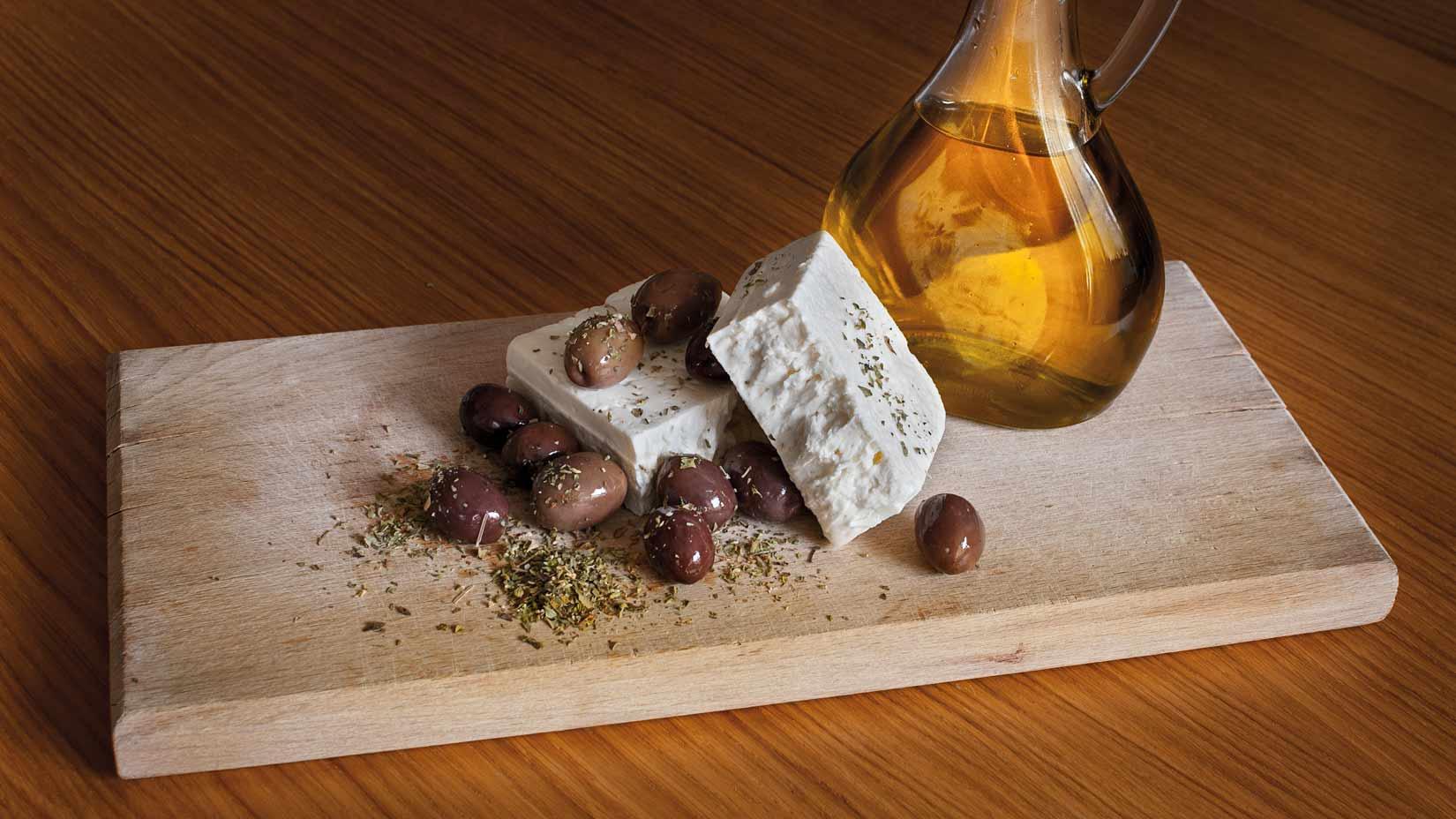 Základní suroviny pro olivový chléb, ελιόψωμο - olivy, balkánský sýr, oregano a olivový olej