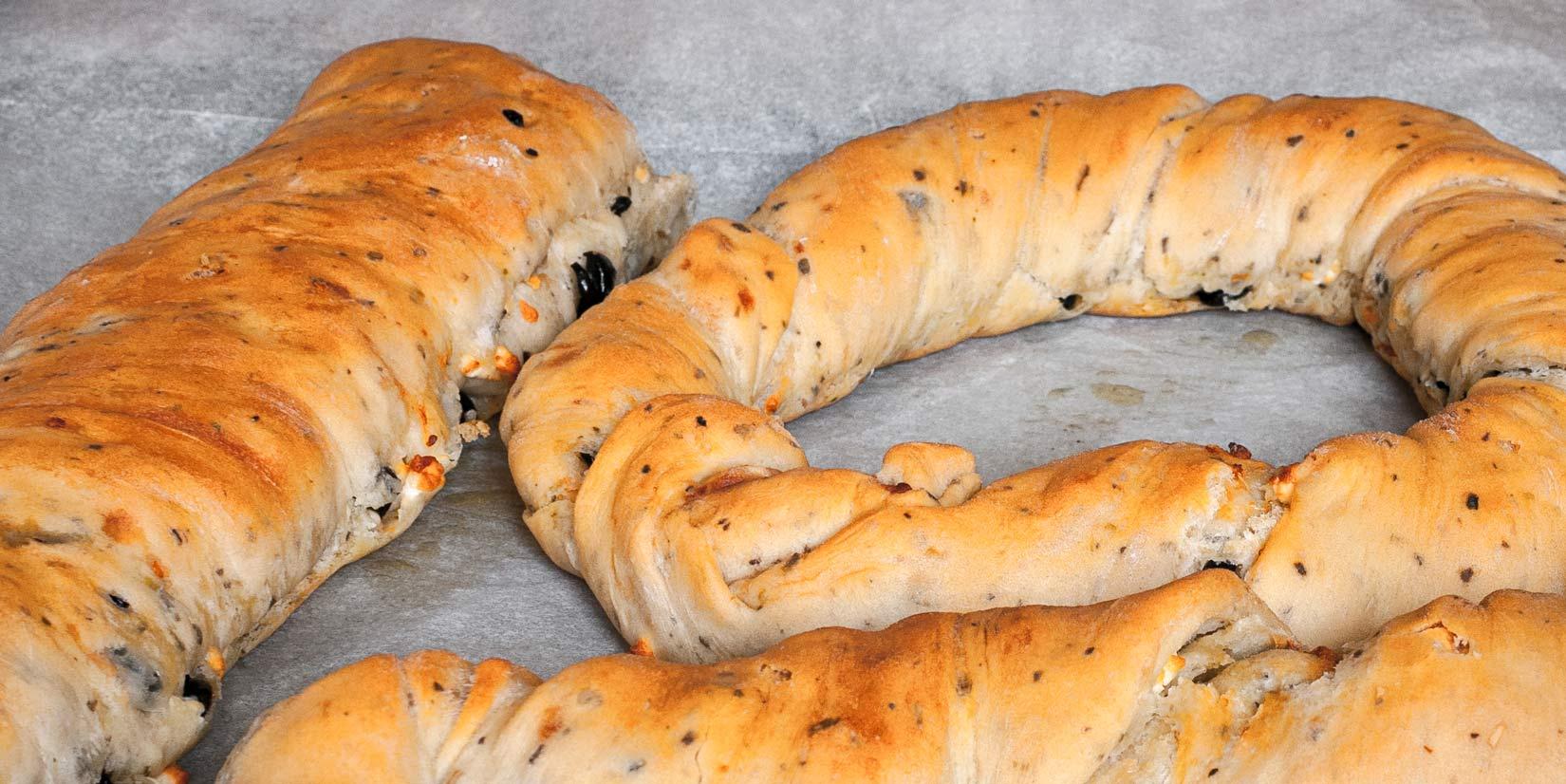 Upečený olivový chléb má zlatavou křupavou kůrčičku