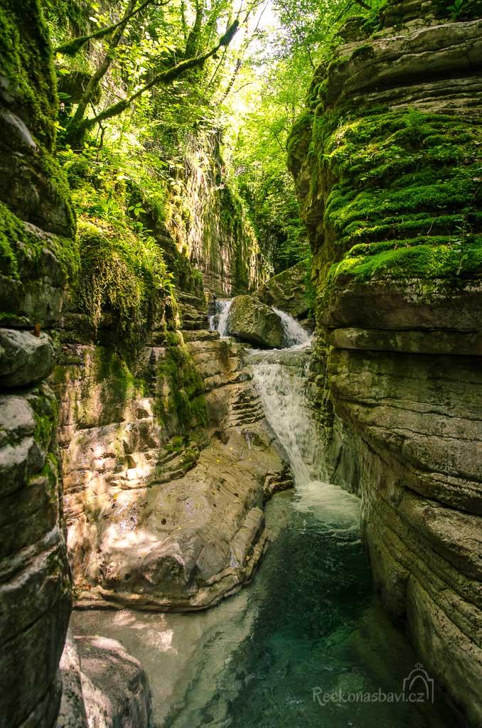 ... a v místě, kde se začne rokle hodně zužovat, stojí v klikaté zatáčce první překážka - malý vodopád.