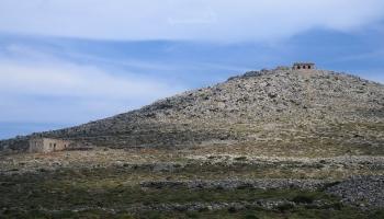 vlevo na kopečku italská observatoř, sláva