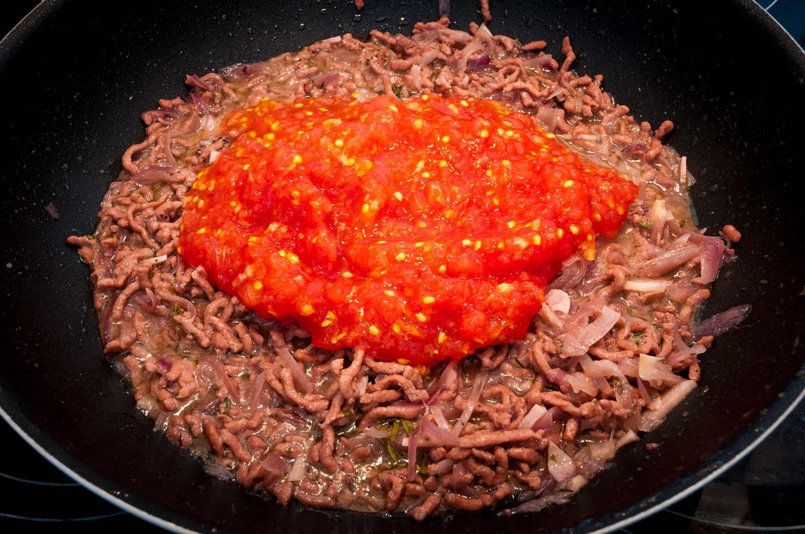 Masíčko zhnědlo, přidáme tedy rajčatové pyré