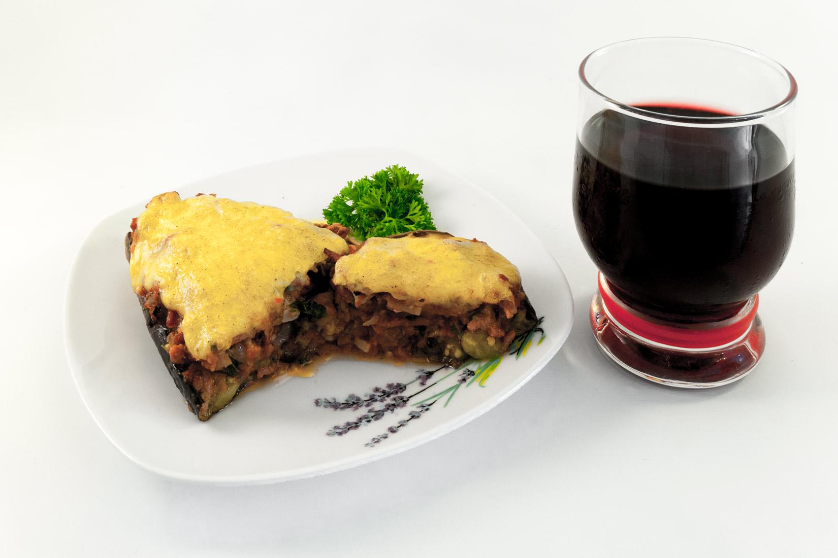 Paputsakia a červené víno se pěkně doplňují