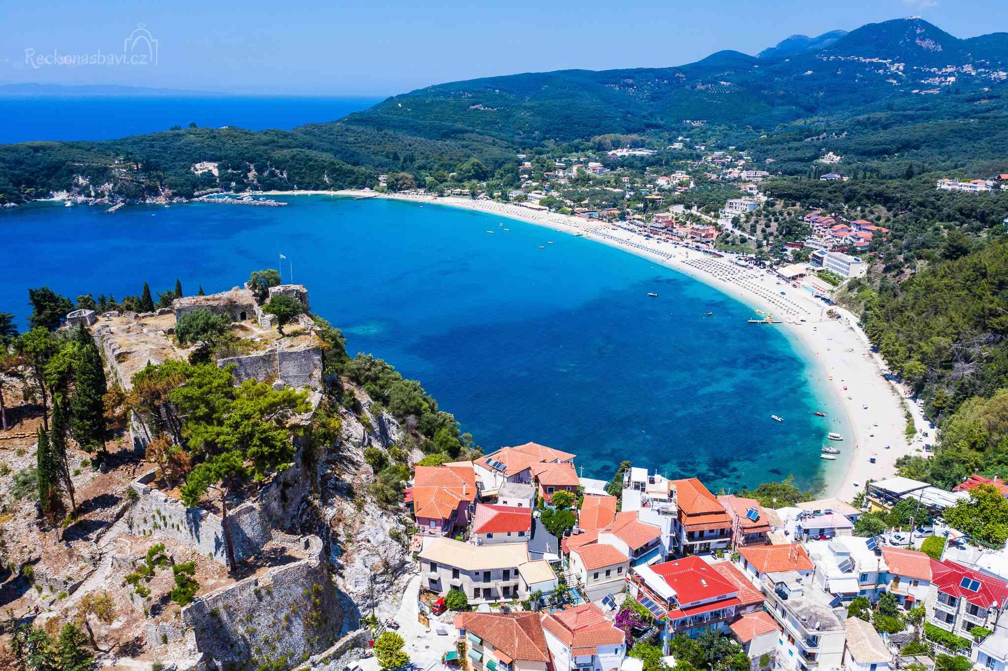 Za hradem se podél dlouhé písečné pláže táhne Valtos plný hotelů pro ty, kteří mají rádi klid a prostor k dýchání.