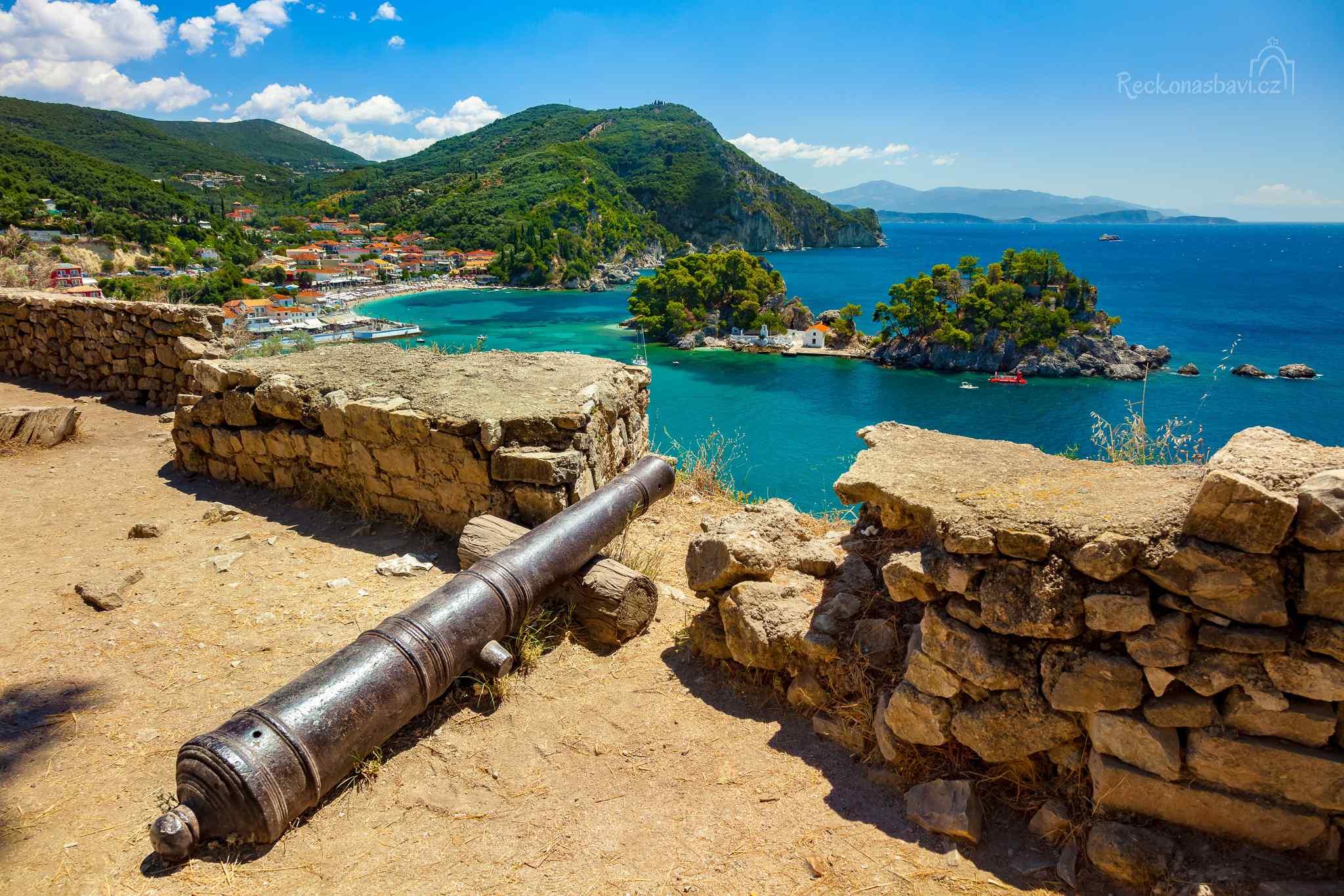Výhodnou polohu místní zátoky chráněné vyvýšenými skalami, která měla přístup do vnitrozemí a mohla kopcovitému okolí sloužit jako přístav, ocenili Římané, Normané i Benátčané, kteří skálu nad zátokou opevnili hradem