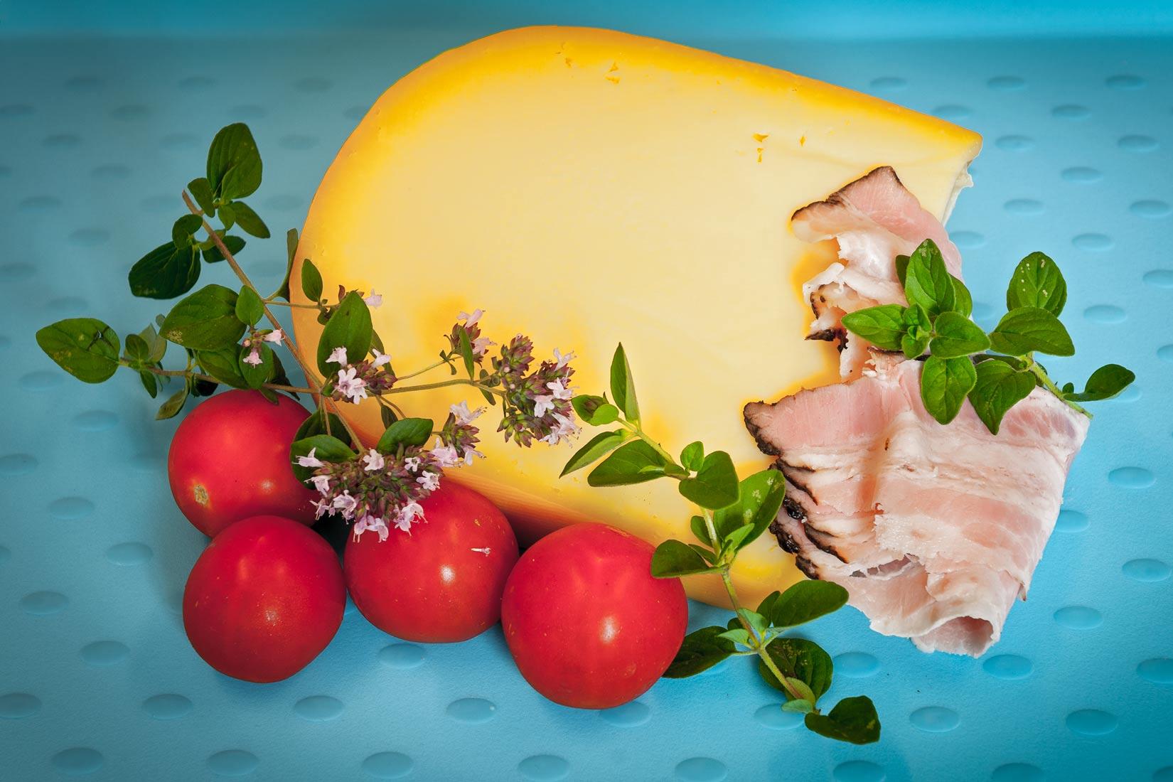Kvalitní aromatický sýr na strouhání, slanina, bylinky a rozličná náplň tvoří chutě peinirlí