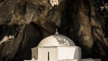 ... otvíráme modrá vrátka a zíráme na bílý kostelík, vestavěný přímo ve vchodu do jeskyně ...