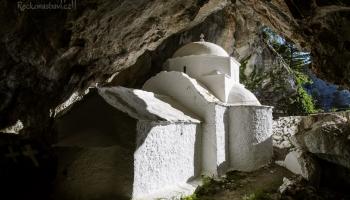 ... určitě se běžte podívat za kapli do jeskyně. Voda z krápníků kape na zem a na pár místech již stihla vytvořit krásná jezírka.