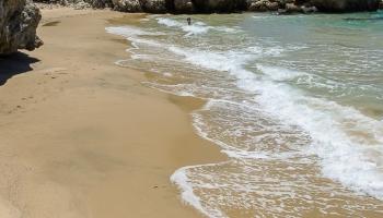 ... blbneme ve vlnách a hned první den propadáme kouzlům Řecka. Jsou to tahle opuštěná místa, která nás strašně nabíjí.