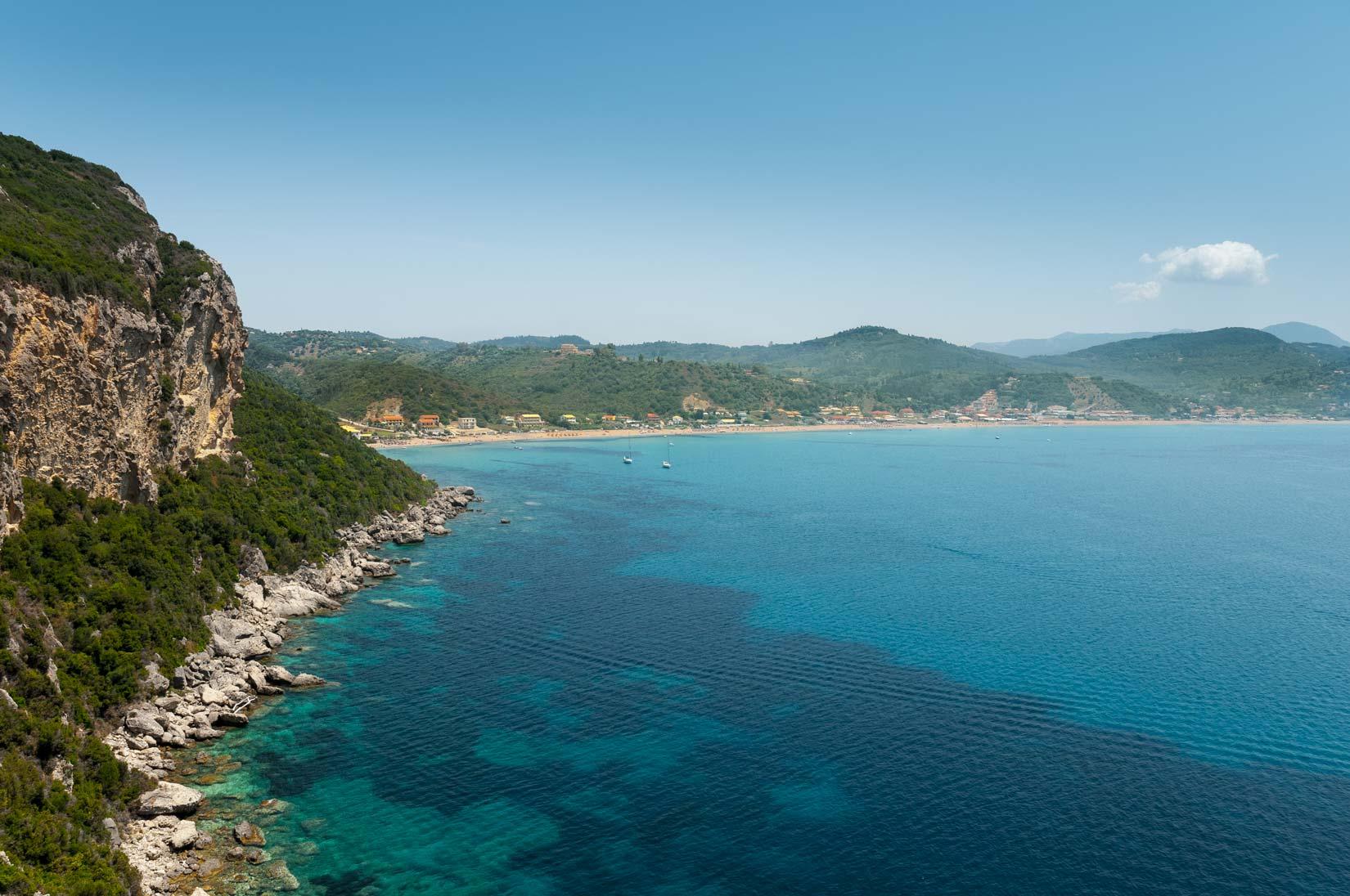 Výhled na záliv Agios Georgios Pagon cestou k Porto Timoni