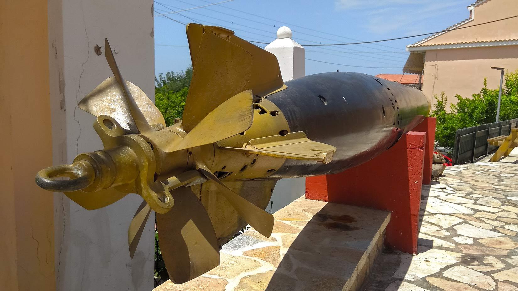 Torpédový monument ve vesnici Afiónas