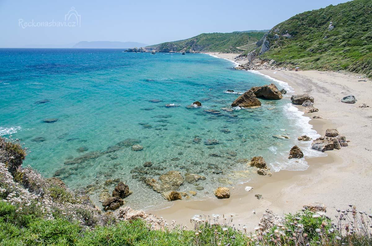 pohled z jižního výběžku směrem k pláži Melani